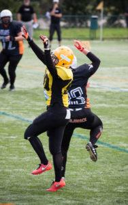 Suvi Huuskonen varmistamassa ettei vastustaja saa heittoa kiinni. (kuva: Riko.T)