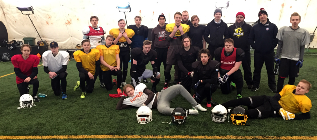 Kaikki yhdessä koossa. U-17 yhteisjoukkue leirityksen jälkeen Mikkelin kuplahallissa 14.4.2017.